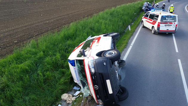 Rettungsauto landet bei Einsatzfahrt im Graben (Bild: FF Rassach/Patrick Reinisch)