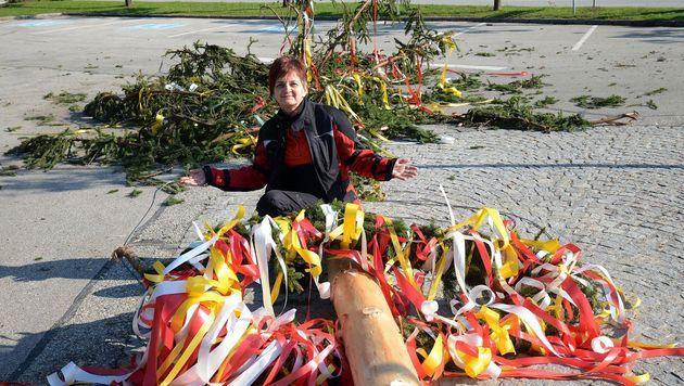 Unbekannte fällten den Maibaum in Schiefling. (Bild: Hermann Sobe)