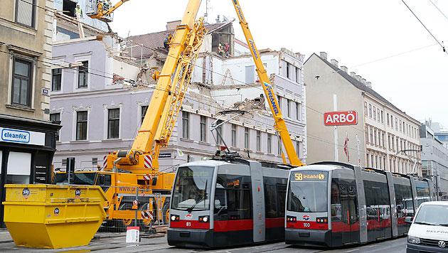 Nach Hauseinsturz: Straßenbahnen fahren wieder (Bild: Zwefo)