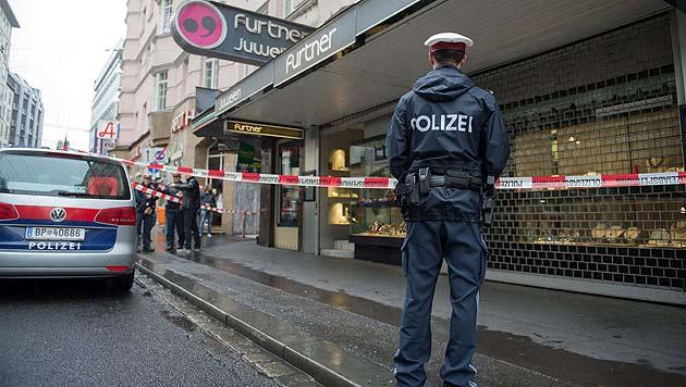 Nach Juwelierüberfall: Polizei bittet um Hinweise (Bild: APA/WERNER KERSCHBAUMMAYR/FOTO-K)