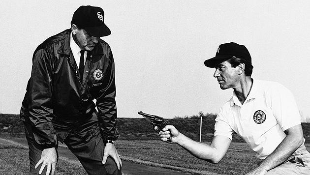 """Efrem Zimbalist Jr. beim Training für die TV-Serie """"FBI"""" im Jahr 1965. (Bild: AP)"""