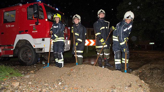 Unwetter hielten Feuerwehren in OÖ auf Trab (Bild: APA/WERNER KERSCHBAUMMAYR)