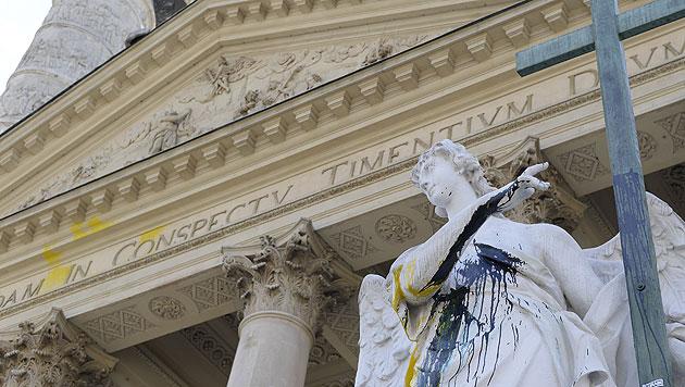 Unbekannte verunstalteten die Wiener Karlskirche mit Schriftzügen und Farbe. (Bild: APA/HERBERT NEUBAUER)