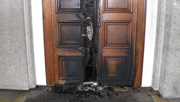 Das durch Brandstiftung schwer beschädigte Eingangsportal der Kirche Mariahilf in Bregenz (Bild: APA/PI BREGENZ)