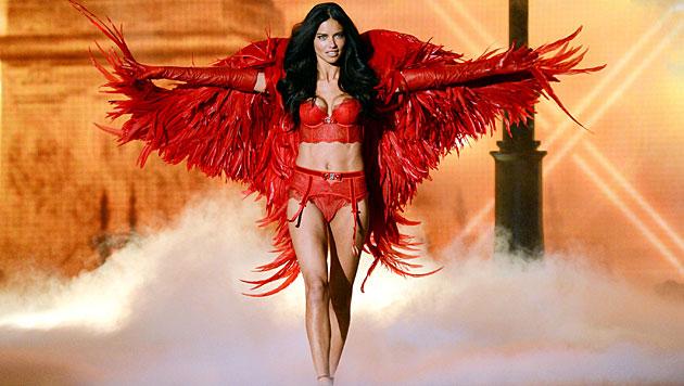 Sexy Model-Engel Adriana Lima ist wieder zu haben (Bild: AP)