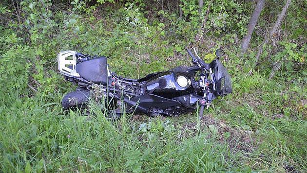Eine 53-Jährige erlag nach einem Motorradunfall noch vor Ort ihren Verletzungen. (Bild: Einsatzdoku.at)