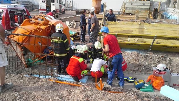 Arbeiter samt Betonbirne abgestürzt - verletzt (Bild: Bildstelle FF St. Pölten-Stadt/Lang)