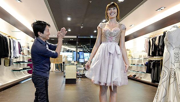 Miss Austria 2013 Ena Kadic wird von La Hong eingekleidet. (Bild: APA/HERBERT NEUBAUER)