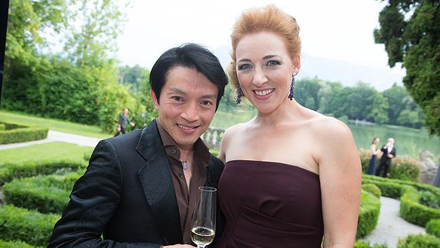 La Hong und Sängerin Eva Liebau bei einer Gala der Salzburger Festspiele im Schloss Leopoldskron. (Bild: APA/NEUMAYR/MMV)