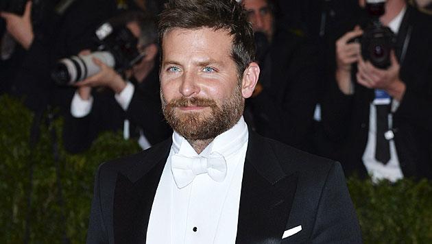 Bradley Cooper mit einigen Kilos mehr auf den Rippen sowie Vollbart. (Bild: APA/EPA/JUSTIN LANE)