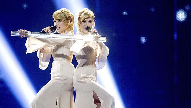 """Die Tolmatschowa-Schwestern singen mit """"Shine"""" für Russland um den Sieg. (Bild: APA/EPA/BAX LINDHARDT)"""