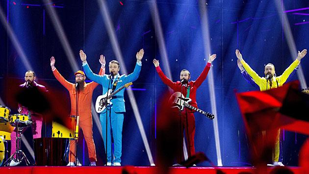 Kunterbunt geht's bei den Isländern Pollapönk zu. Sie singen mit 'No Prejudice' um den Sieg. (Bild: APA/EPA/BAX LINDHARDT)