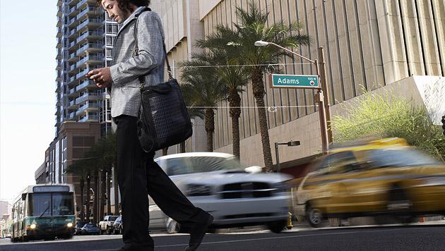 Sprechende Busse gegen surfende Fußgänger in USA (Bild: thinkstockphotos.de)