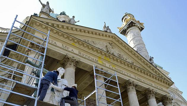 Wiener Karlskirche wird von Schmierereien befreit (Bild: APA/HELMUT FOHRINGER)