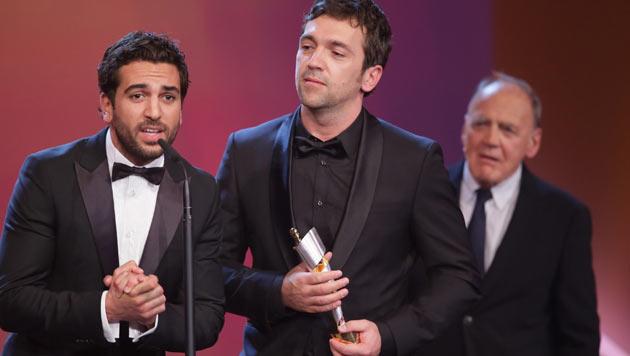 Elyas M'Barek und Regisseur Bora Dagtekin freuen sich über den Publikumspreis für 'Fack ju Göhte'. (Bild: APA/dpa/Michael Kappeler)