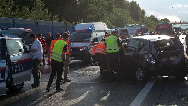 OÖ: Ein Toter und acht Verletzte bei Serienunfall (Bild: APA/FOTO-KERSCHI.AT/WERNER KERSCHBAU)