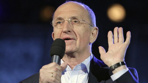 Erwin Ortner vom Arnold Schoenberg Chor weist das Publikum als Sänger ein. (Bild: APA/GEORG HOCHMUTH)