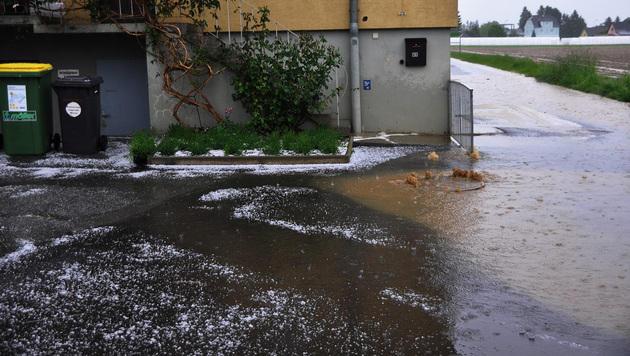 Überflutete Kanaldeckel nach Starkregen in der Steiermark. (Bild: LFV Steiermark)