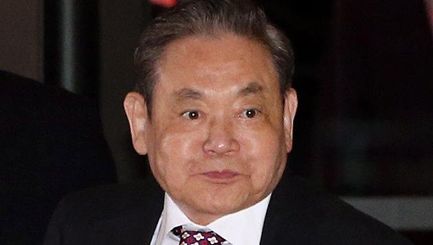Samsung-Aufsichtsratschef Lee Kun Hee musste nach Herzattacke notoperiert werden. (Bild: EPA)