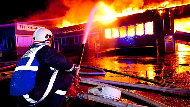 Feuerwehren aus dem gesamten Bundesland standen stundenlang im Einsatz. (Bild: APA/DIETMAR MATHIS)