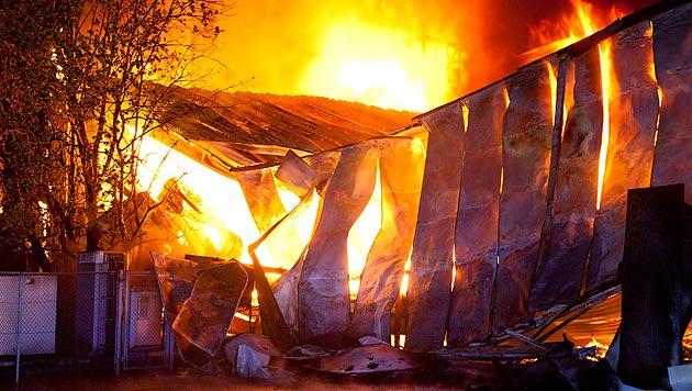 Das Möbelhaus in Weiler wurde ein Raub der Flammen. (Bild: APA/DIETMAR MATHIS)
