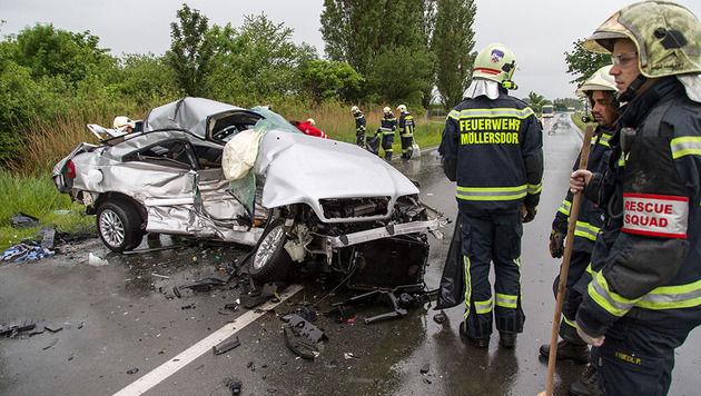 Im Bezirk Baden forderte ein Zusammenstoß zweier Pkw auf regennasser Fahrbahn ein Todesopfer. (Bild: Stefan Schneider/Presseteam BFK Baden)
