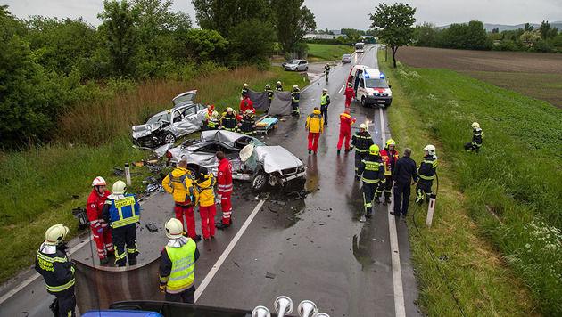 Im Bezirk Baden forderte ein Zusammenstoß zweier Pkw auf regennasser Fahrbahn ein Todesopfer. (Bild: Stefan Schneider / Presseteam BFK Baden)