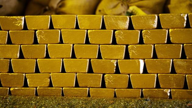 RH zählt in London Österreichs Goldreserven nach (Bild: APA/EPA/Ralf Hirschberger)