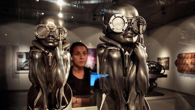 Eine von HR Giger's Schöpfungen, gezeigt im Rahmen der Ars Electronica 2013 im Linzer Lentos. (Bild: APA/RUBRA)