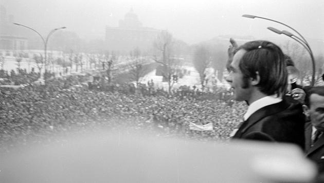Über 80.000 Menschen drängten sich damals auf und um den Wiener Ballhausplatz. (Bild: www.picturedesk.com)