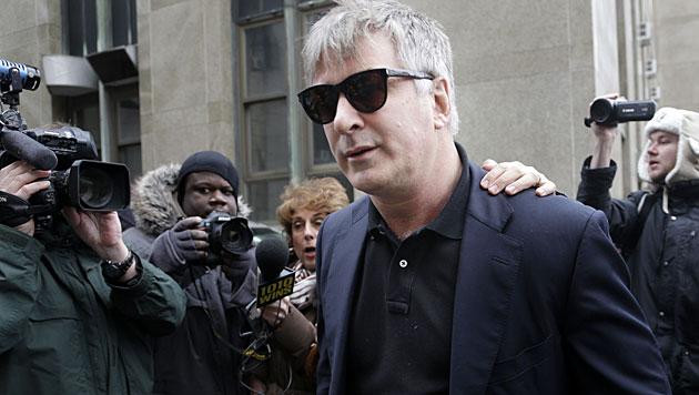 Alec Baldwin in Handschellen abgeführt (Bild: AP)