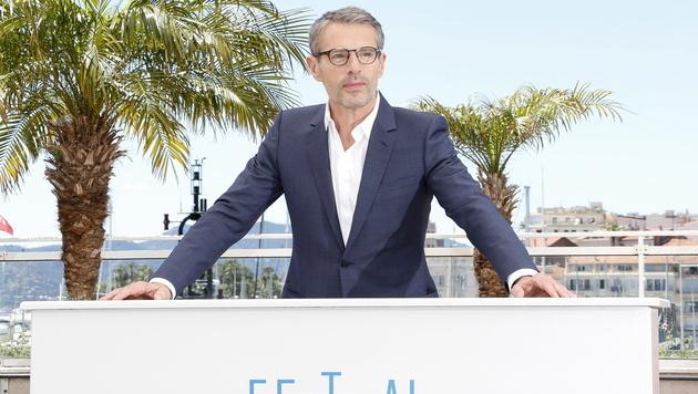 Der französische Schauspieler Lambert Wilson führt durch die Festspiele von Cannes. (Bild: APA/EPA/SEBASTIEN NOGIER)