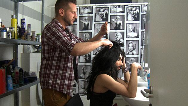 Conchitas Freunde kümmern sich unter anderem um Haare und Make-up. (Bild: ORF/Talk TV)