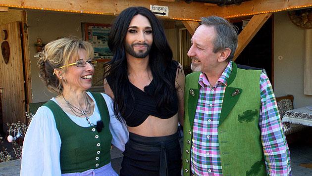 Conchita und ihre Eltern. Aufgewachsen ist sie in Bad Mitterndorf als Tom Neuwirth. (Bild: ORF/Talk TV)