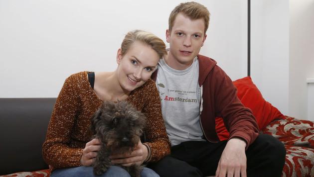 """Dank der """"Krone""""-Familie sind Frauerl Alexandra Etschmaier, Freund Lukas und Szedar wieder vereint. (Bild: Zwefo)"""