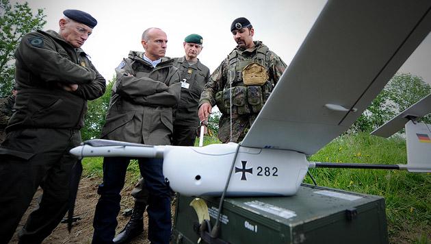 Erklärung einer Drohne durch die deutsche Bundeswehr bei einer Bundesheerübung 2013 in Allentsteig (Bild: APA/Hans Klaus Techt)