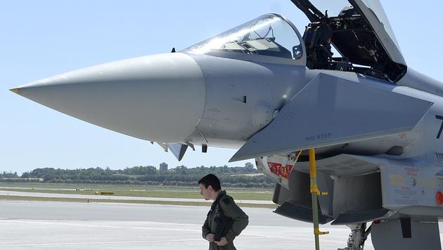 Für 15 Eurofighter gibt es nur mehr zwölf Piloten (Bild: APA/HERBERT NEUBAUER)