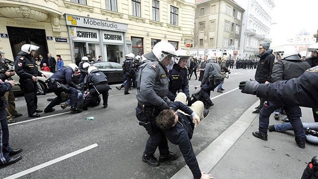 Heftige Kritik an Polizei nach Demos in Wien (Bild: APA/HERBERT PFARRHOFER)