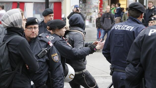 Knalleffekt: Demonstrantin war gar nicht schwanger (Bild: Zwefo)
