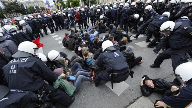 Zusammenstöße bei Demos in Wien - zwei Verletzte (Bild: APA/HERBERT PFARRHOFER)
