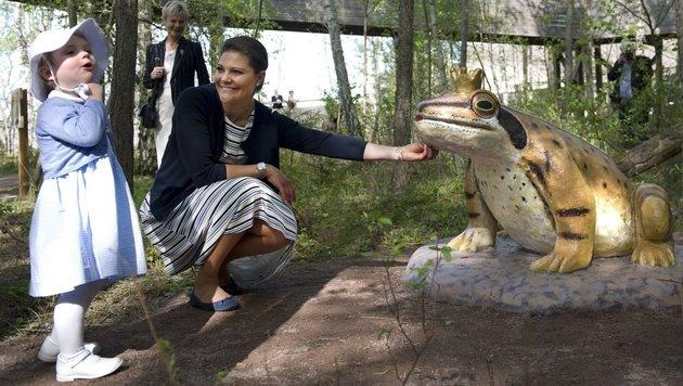 Prinzessin Estelle mit Mama Kronprinzessin Victoria im Märchenpark (Bild: AP)