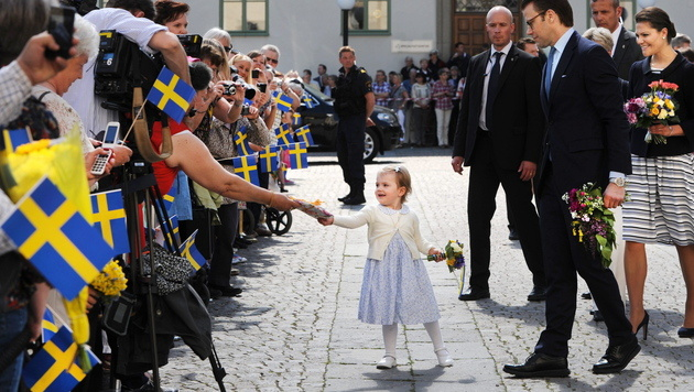 Prinzessin Estelle mit ihren Eltern bei ihrem Besuch in Ostergotland. (Bild: APA/EPA/ANNA HALLAMS/TT)