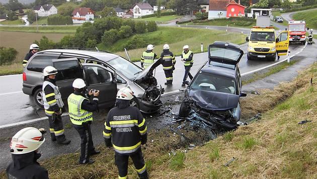 Autounfall in der Stmk fordert fünf Verletzte (Bild: APA/FF HOHENKOGL/WWW.FFHOHENKOGL)