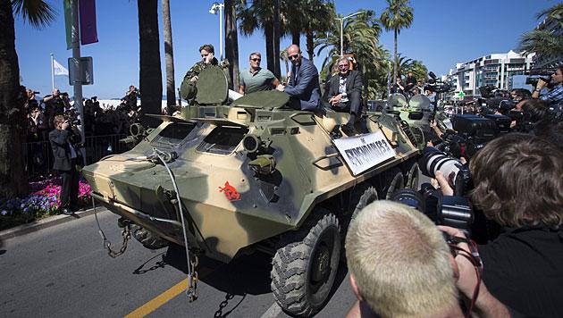 Stallone, Arnie & Co. mit Panzer auf der Croisette (Bild: APA/EPA/IAN LANGSDON)