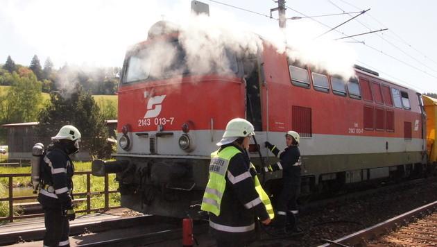 Diesellok fing Feuer: 48-Jähriger schwer verletzt (Bild: Feuerwehr Murau)