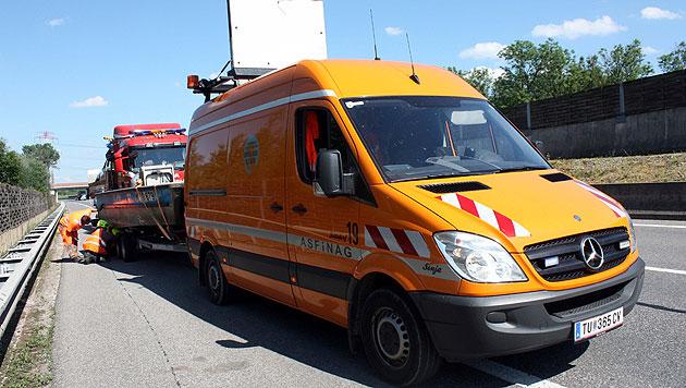 Autofahrer verlor Bootsanhänger während der Fahrt (Bild: Stadtfeuerwehr Tulln)