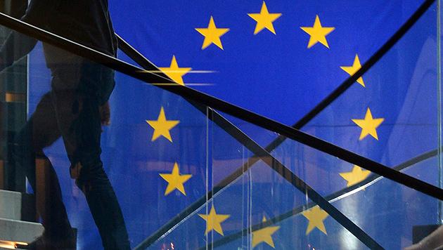EU will Marktmacht von Google und Apple prüfen (Bild: APA/EPA/PATRICK SEEGER)