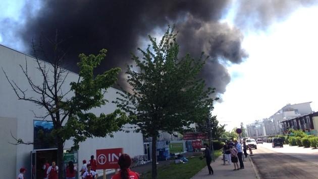 Einkaufszentrum stand in Flammen - drei Verletzte (Bild: APA/BFKDO/FRANZ GRUBER)