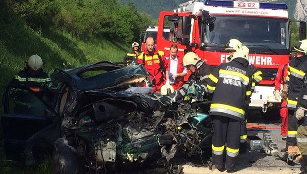 Obersteirer prallt mit Auto gegen Lkw - tot (Bild: APA/ROTES KREUZ STAINACH)