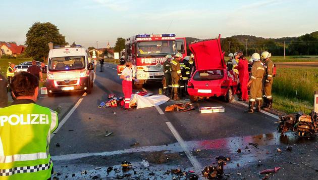 Vier Frauen bei Autounfall teils schwer verletzt (Bild: APA/FF ROHR A.D.R.)